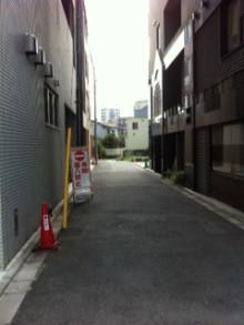 建物に沿って左へ