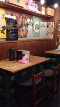 東中野4丁目の「ビストロ de 麺酒場 燿」のテーブル席