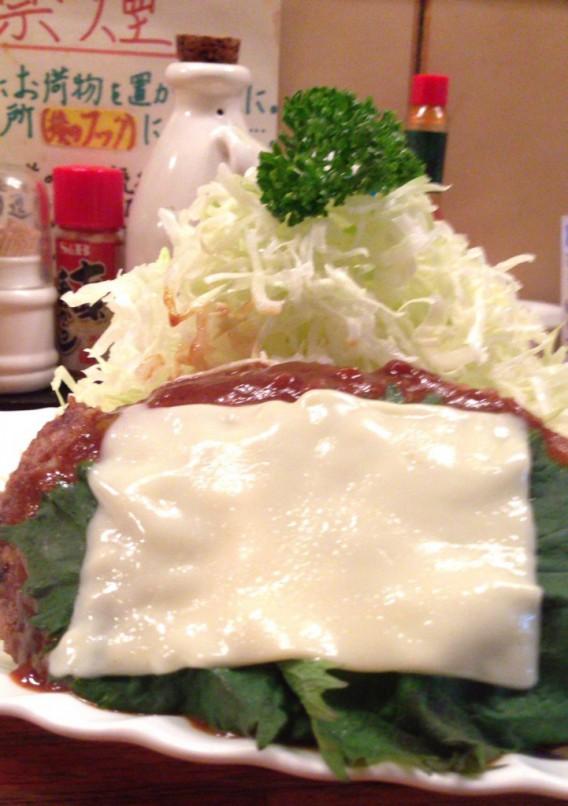 高円寺北口薔薇亭のチーズシソ乗せハンバーグ