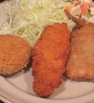 中野駅北口の大衆食堂「キッチンことぶき」のミックスフライ