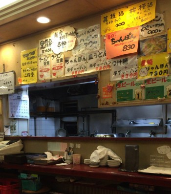 北新宿百人町交差点そばの中華料理まるしんの厨房カウンター