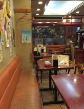 北新宿百人町交差点そばの中華料理まるしんの客席
