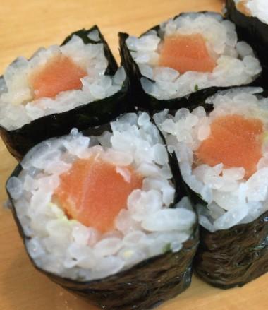 中野駅北口ふれあいロードの榮寿司のサーモン海苔巻き