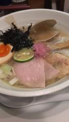 東中野2丁目のラーメン店「海阪屋」の特製汐そば引き