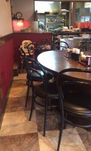 東中野1丁目の手打ち中華「高揚」の大テーブル~調理場